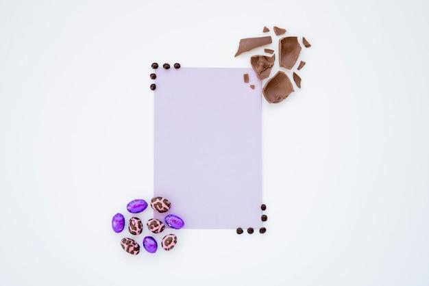 Kleine osterschokoladeneier mit papierblatt