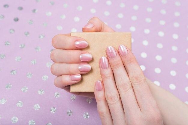 Kleine pappschachtel in weiblichen händen