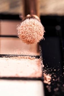 Kleine pinsel für make-up-arbeiten, pinsel in verschiedenen formen und größen