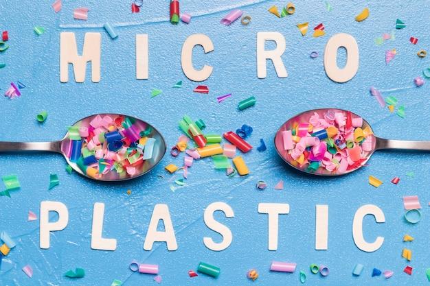 Kleine plastikstücke im löffel