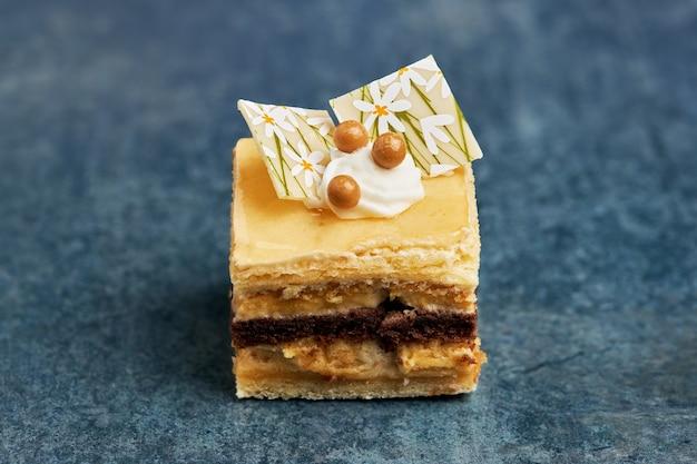Kleine portion eines sahne-, schokoladen- und biskuitkuchens.