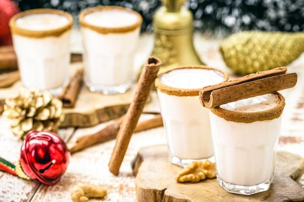 Kleine portionen warmer weihnachtseierlikör auf der basis von eiern und rumlikör. genannt eierlikör, momo cola, coquito oder crème de vie