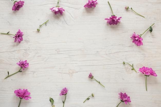 Kleine rosafarbene blumen zerstreut auf tabelle