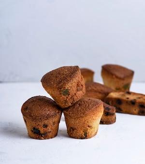 Kleine runde gebackene kleine kuchen mit trockenen früchten