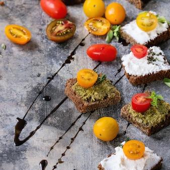 Kleine sandwiches mit tomaten