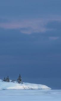 Kleine schneebedeckte insel im wintersee ladoga in karelien im stil des minimalismus