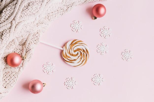 Kleine schneeflocken mit süßigkeiten auf dem tisch