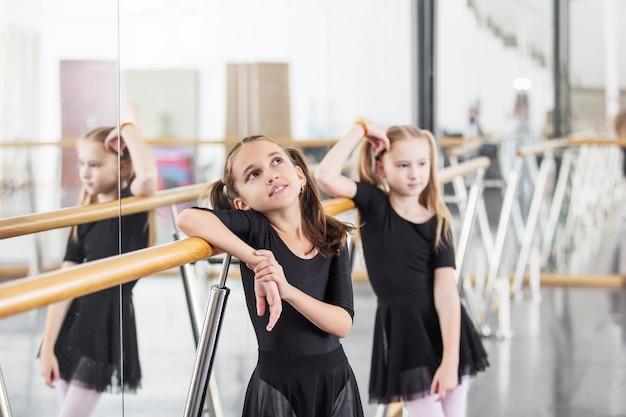 Kleine schöne süße mädchen kinder im studio trainieren bei einer tanzstunde.