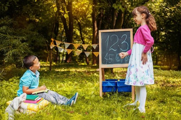 Kleine schüler lernen zahlen. zurück zur schule. bildung, schule, kindheit