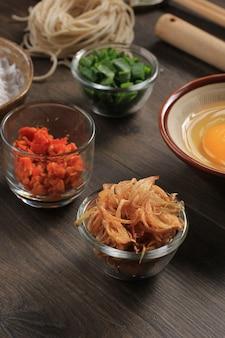 Kleine schüssel mit frittierten zwiebel-schalotten (bawang goreng), normalerweise als belag in indonesischem oder malaysischem essen