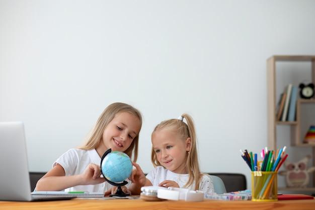 Kleine schwestern, die zu hause zusammen online-schule machen
