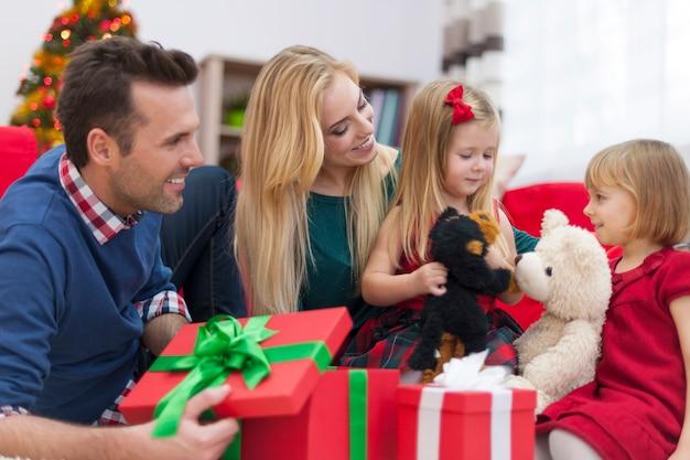 Kleine schwestern spielen zusammen in der weihnachtszeit