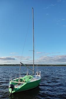 Kleine segelschiffyacht an einem sonnigen tag.