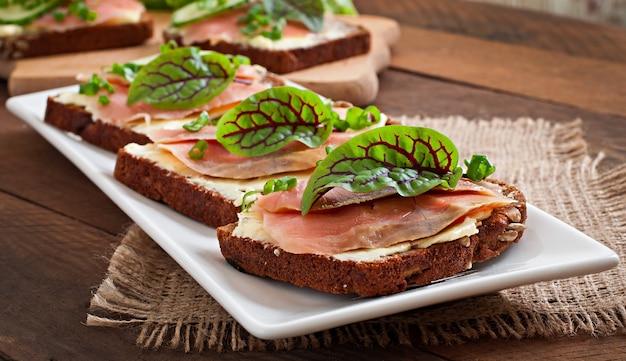 Kleine snacks sandwiches mit salzigem lachs