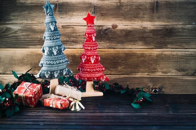 Kleine spielzeug weihnachtsbäume auf dem tisch