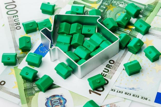 Kleine spielzeughäuser und geld