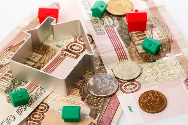 Kleine spielzeughäuser und russische rubel
