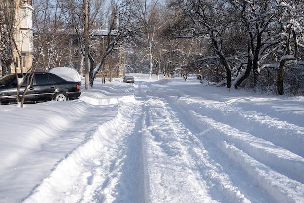 Kleine stadt mit schnee bedeckt. kleine gebäude und häuser im winter mit viel schnee auf einer straße.