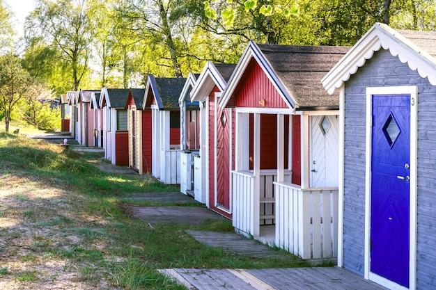 Kleine strandhäuser in ystad stadt in skane, schweden