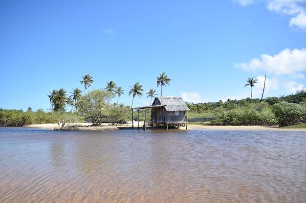 Kleine strandhütte aus holz an der brasilianischen küste
