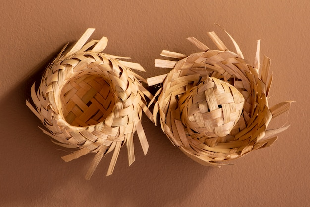 Kleine strohhüte für festa junina-ornamente auf braunem hintergrund