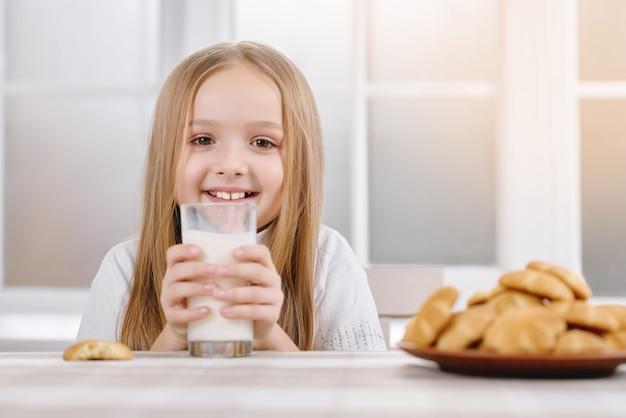 Kleine süße hält milchglas