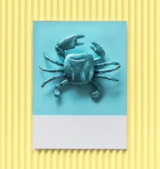 Kleine süße krabbe auf einem papier
