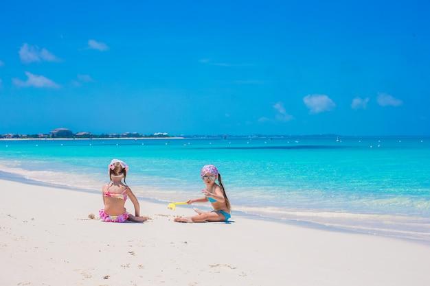 Kleine süße mädchen am weißen strand in den ferien