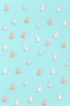 Kleine süße marshmallows in form von weihnachtsbäumen farbsüßigkeiten kreativ für silvester oder weihnachten