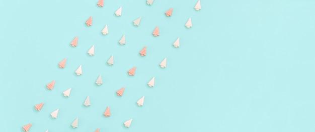Kleine süße marshmallows in form von weihnachtsbäumen