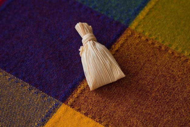 Kleine süße tamale im maisblatt