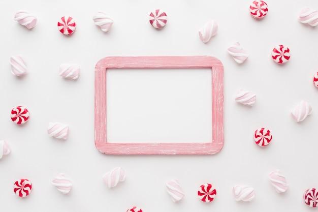 Kleine süßigkeiten der draufsicht mit kopienraum