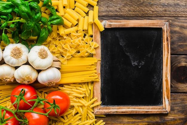 Kleine tafel in der nähe von pasta zutaten