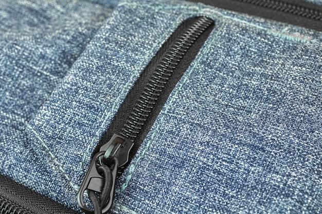 Kleine tasche am rucksack und reißverschlusstasche nahaufnahmefoto