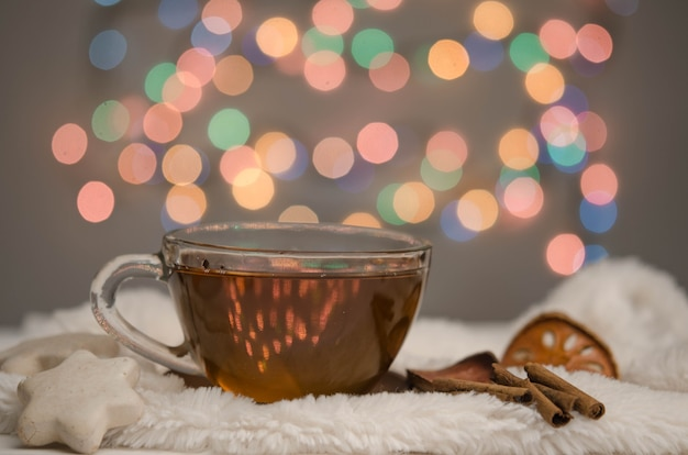 Kleine tasse tee, lebkuchen und gewürze