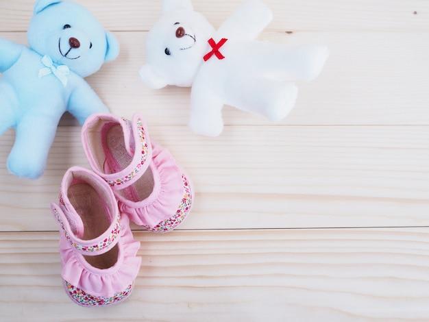 Kleine teddybären spielzeug und kinderschuh