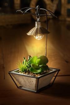 Kleine tischlampe mit lampenschirm
