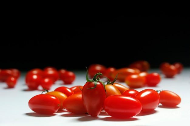 Kleine tomaten auf einem zweifarbigen.
