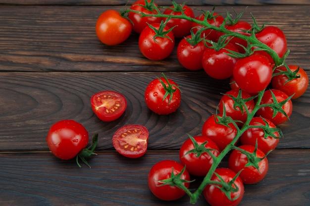 Kleine tomaten auf einer holzunterlage