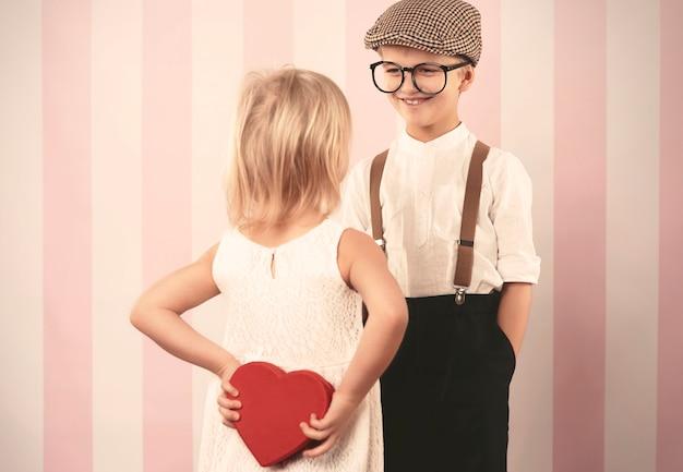 Kleine überraschung für liebevollen jungen