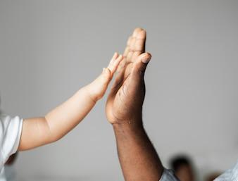 Kleine und große Hände, die hohe fünf machen