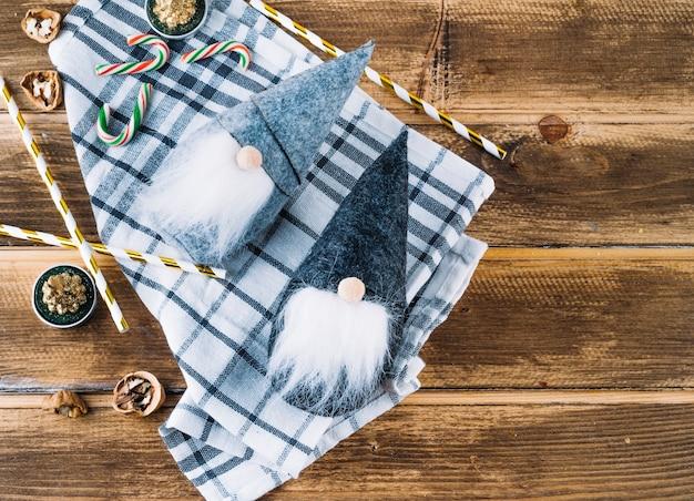 Kleine weihnachtselfen mit zuckerstangen