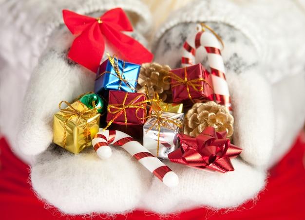 Kleine weihnachtsgeschenke in handflächen