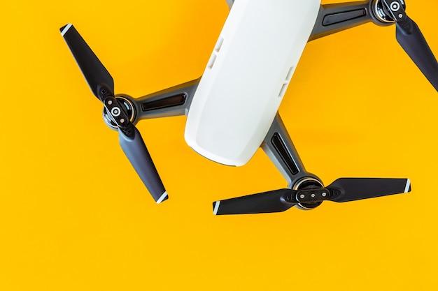 Kleine weiße flugzeuge auf einem gelben hintergrund