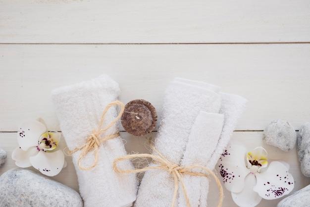 Kleine weiße handtücher mit seilen gefesselt