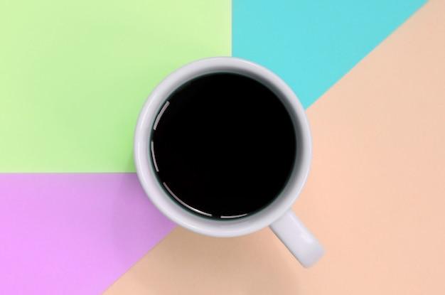 Kleine weiße kaffeetasse. ansicht von oben