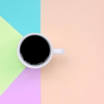 Kleine weiße kaffeetasse auf beschaffenheit des modepastells