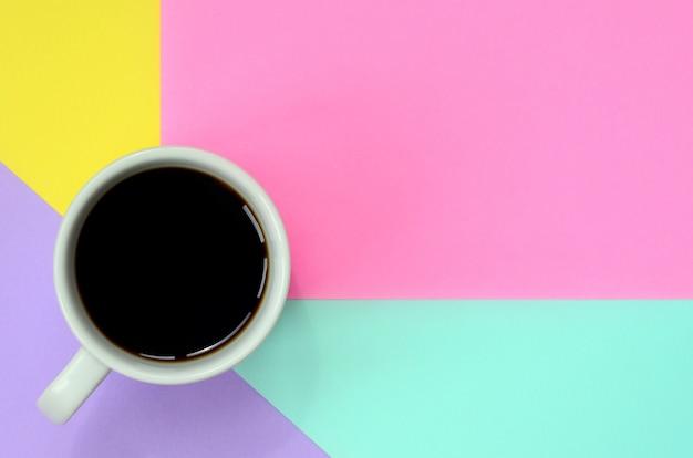 Kleine weiße kaffeetasse auf beschaffenheit