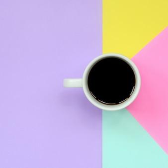 Kleine weiße kaffeetasse auf beschaffenheitshintergrund