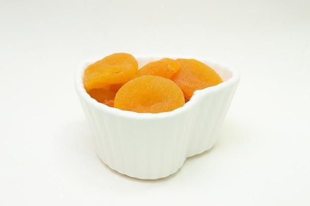 Kleine weiße schale voller aprikosen
